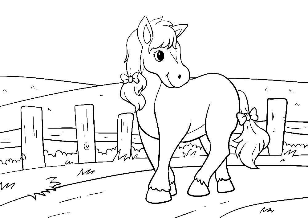 Pferd auf einem Weg - Mähne zu einem Zopf geflochten