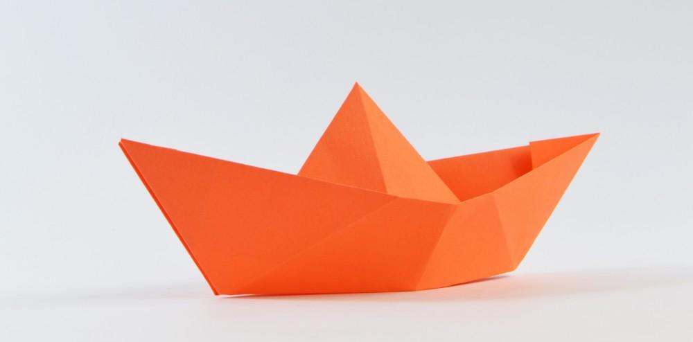 papierschiff falten jetzt schnell und einfach ein papierboot falten. Black Bedroom Furniture Sets. Home Design Ideas