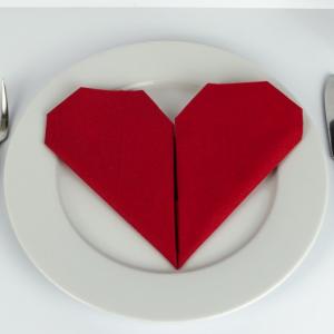 ❤ Serviette falten Herz: Einfache Anleitung für Papierservietten!