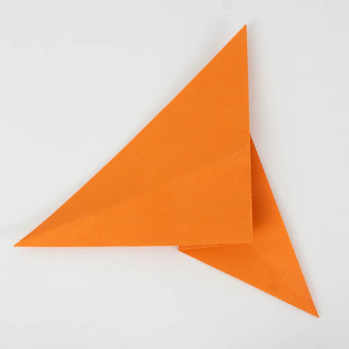 Die Origamifigur auf die andere Seite drehen.
