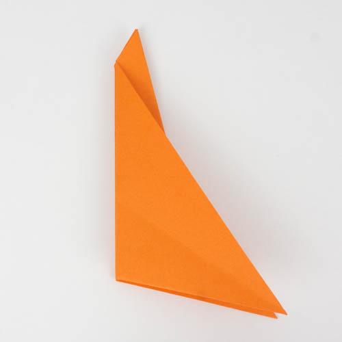Die linke Ecke wurde deckungsgleich auf die rechte Ecke gefaltet. - Origami Raubfisch