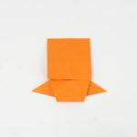 Die obere Seite heruntergeklappt bis zum Kopf des Origami Kois.