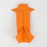 Die Schwanzflosse des Origami Fisches falten