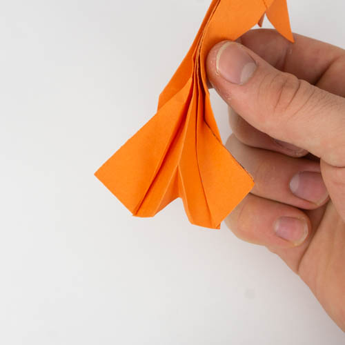 Die Schwanzflosse des Origami Kois fast fertig gestellt.