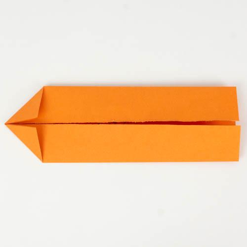 Die Außenkanten zur Mitte gefaltet und die Ecken zur Mitte gefaltet.