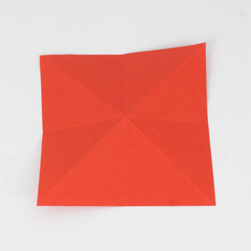 Origami Papier sowohl diagonal, als auch horizontal zweifach gefaltet.