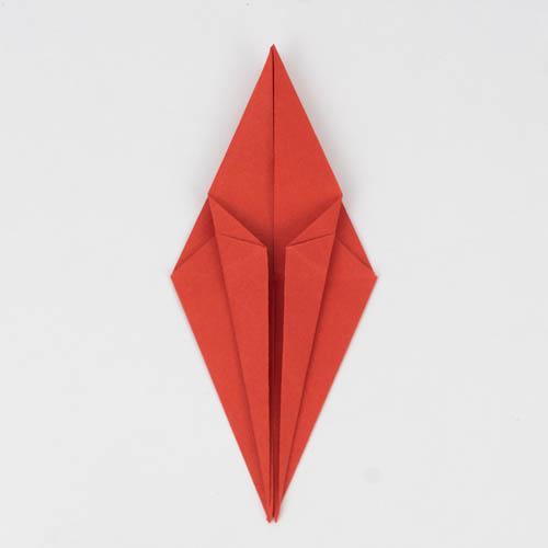 Die linke und rechte Ecke wurden in die Mitte des Origami Vogels gefaltet.