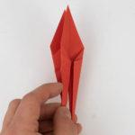 Öffne die linke Seite des Origami Kranichs.