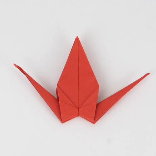 Der Origami Kranich nimmt Form an.