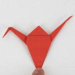 Origami Kranich falten - Den Kopf des Vogels umknicken