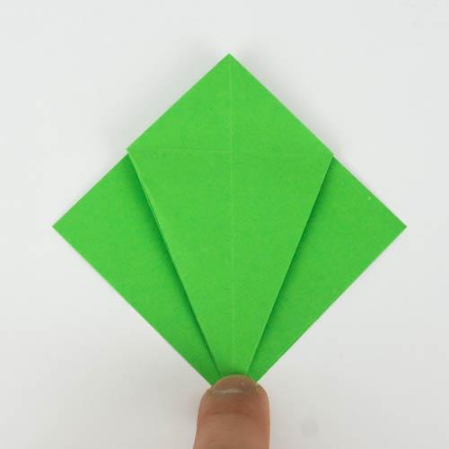 Die Spitze der Origami Figur wurde wieder umgefaltet.
