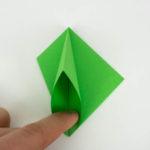 Die Tasche der Origami Figur öffnen und plan drücken. Schritt 15 von 70.