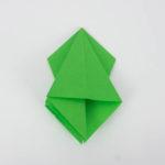 Die linke und rechte Tasche plan gefaltet. Origam Vogel falten
