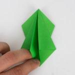 Klappe alle Lagen auf die rechte Seite der Origamifigur - Origami Papagei falten Anleitung
