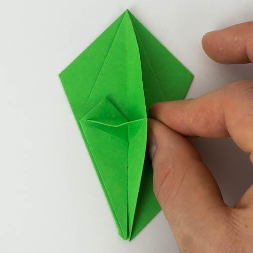Origami Papagei falten - Falte die rechte Lage auf die linke.