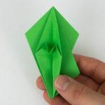 Die rechte Seite wurde nun auf die linke Seite des Origami Vogels gefaltet.