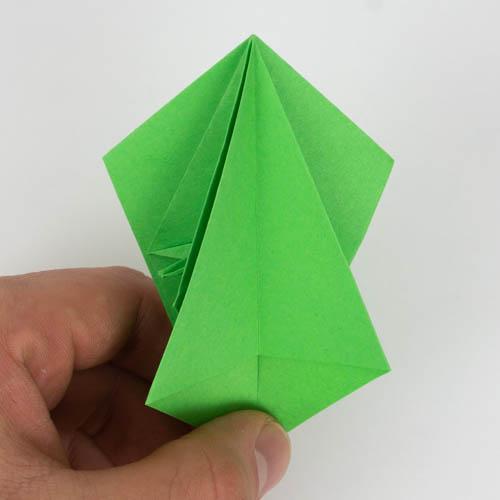 Alle Seiten wurden nun auf linke Seite geschlagen - Origami Papagei falten