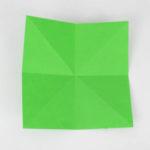 Origami Papier sowohl 2-fach diagonal, als horizontal und vertikal gefaltet.