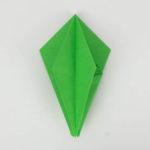Origami Papagei in der Mitte aufgeklappt.
