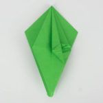 Die erste Lage wurde zur Mitte des Origami Papageis gefaltet