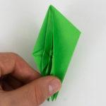 Der Origami Papagei wird nun in der Hälfte gefaltet.