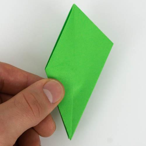 Beide Spitzen wurden nun richtig umgefaltet - Origami Vogel falten Anleitung
