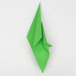 Die linke obere Seite des Origamivogels wurde nun zur Mitte gefaltet.
