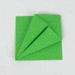 Origami Papagei - Grundform - Die unteren Kanten sind zur Mitte gefaltet.