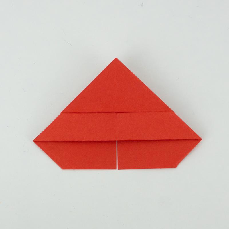 Ein Herz basteln - Die untere Spitze deckungsgleich auf die obere Spitze falten.