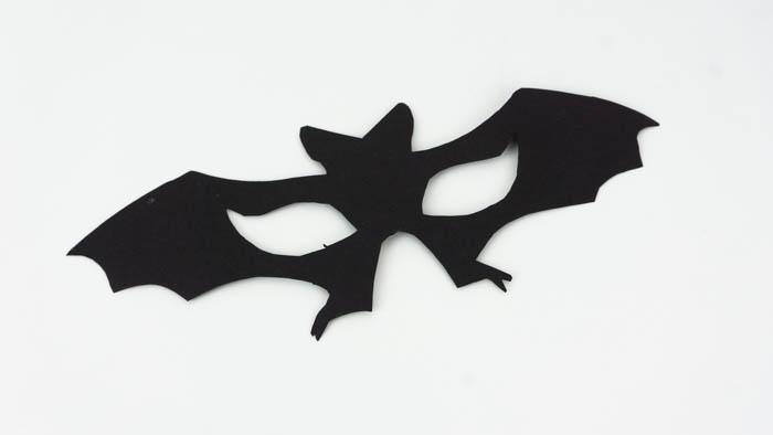 Die Fledermausmaske ist ausgeschnitten.