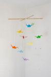 Mobile selber basteln mit Kindern - bestehend aus Origami Kranichen - Mobile für Kleinkinder
