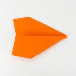 Die Tragflächen falten - Papierflieger Gleiter Anleitung