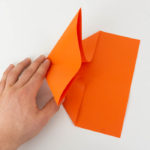 Die Spitze des Papierfliegers falten