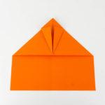 Die Schnauze des Papierflieger Habichts falten