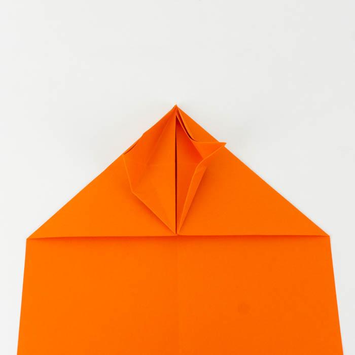 Wie bastelt man einen Papierflieger - Schritt 2 Anleitung