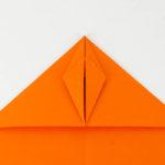 Wie bastelt man einen Papierflieger - Die Spitze falten