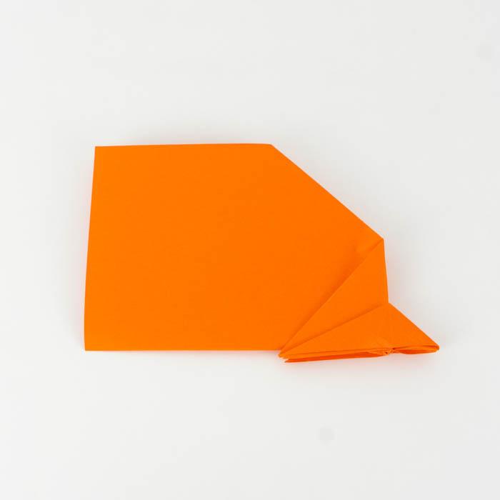 Die Flügel des Habichts falten - Wie bastelt man einen Papierflieger.