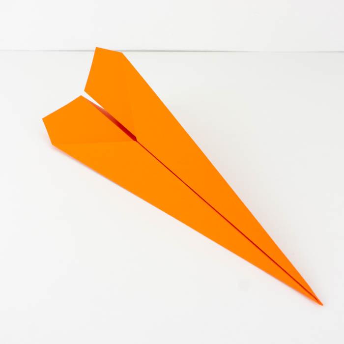 Einen Papierflieger Pfeil falten Anleitung - Papierflieger Anleitung