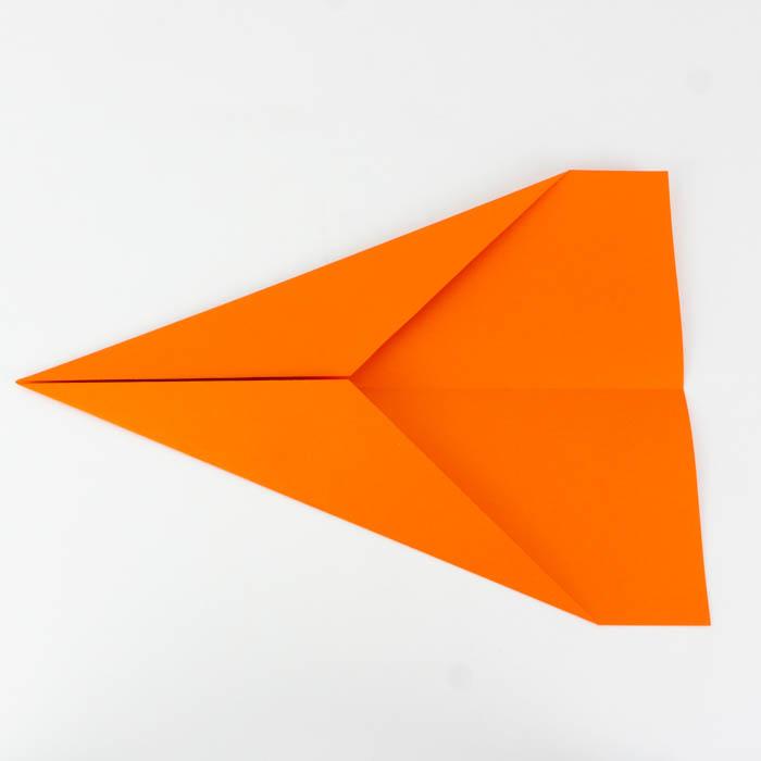 Ein Papierflugzeug für Anfänger falten - Anleitung