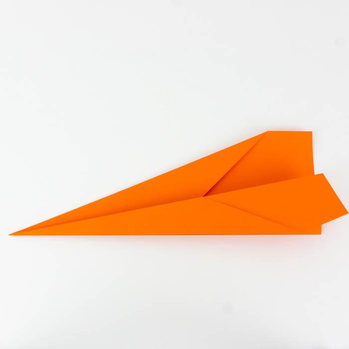 Ein Papierflugzeug falten - Anleitung