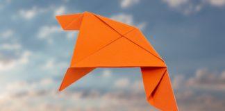 Papierflieger Schwalbe falten Anleitung - Papierflugzeug basteln - Super coole Papierflieger