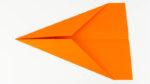 Die Spitze des Papierflugzeugs falten