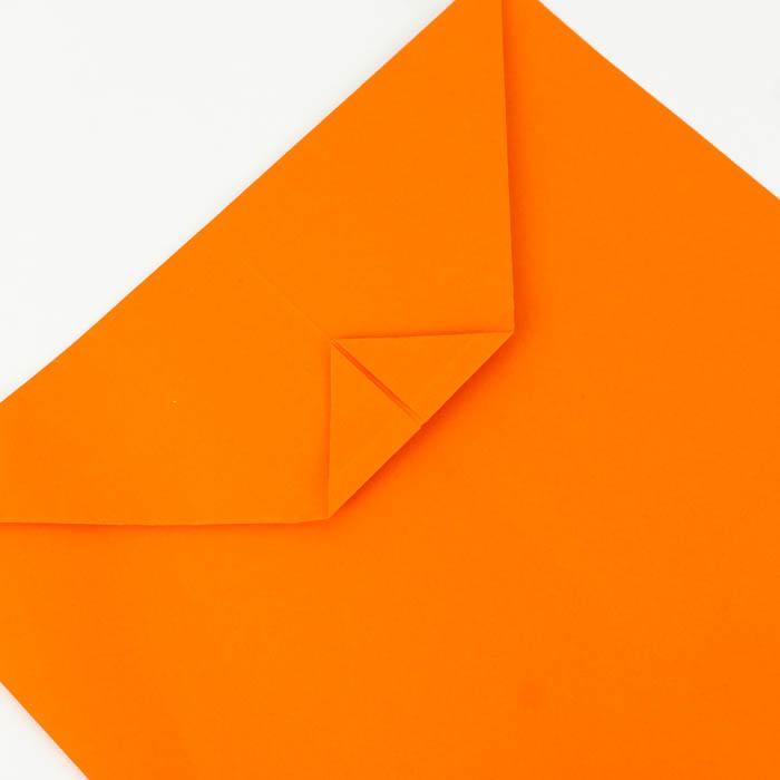 Die Spitze umknicken - Bastelanleitung Papierflieger Hängegleiter