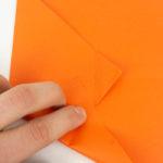 Eine Anleitung, wie man ein Papierflugzeug faltet.