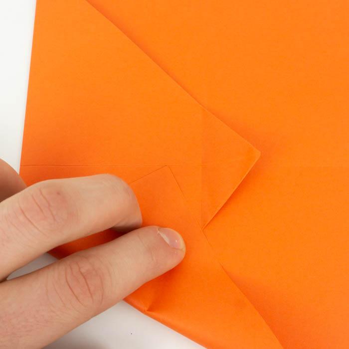 Eine Anleitung, wie man einen Papierflugzeug faltet.