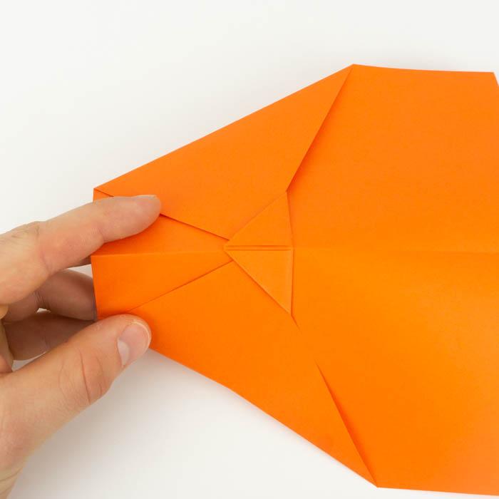 Die Spitze über die linke und rechte Ecke falten. - Papierflugzeug basteln