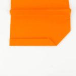 Die Winglets des Papierflieger Gleiters falten